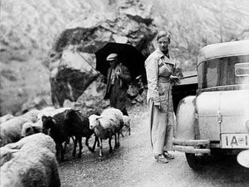Annemarie Schwarzenbach avec sa Mercedes Mannheim dans les Pyrénées espagnoles, mai 1933.jpg