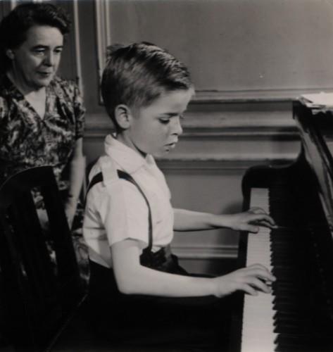 Avec son premier professeur, Mme Jamet, vers 1956.jpg