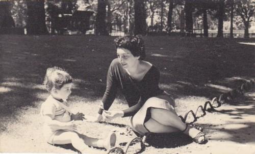 CLAUDIA CARLISKY ET MINA GONDLER_1956 jardin du Luxembourg.jpg